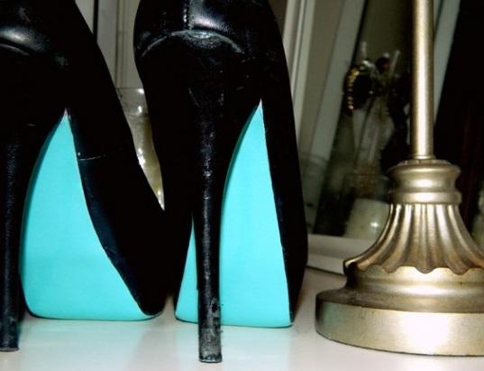 Scarpe con suola blu