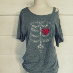 T-shirt con ossa e cuore